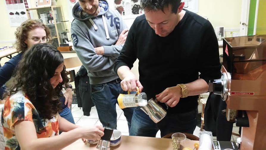 Il latte viene versato dalla French Press alla Lattiera...
