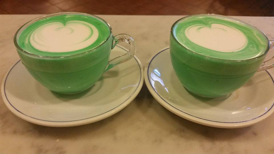Possiamo notare che il latte girato e diviso in due lattiere in tazza rende i nostri cappuccini uniformi con la medesima quantità (e qualità) di crema