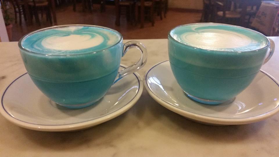 Il latte girato ma non diviso in due lattiere porta la prima tazza ad essere molto cremosa e la seconda poco.