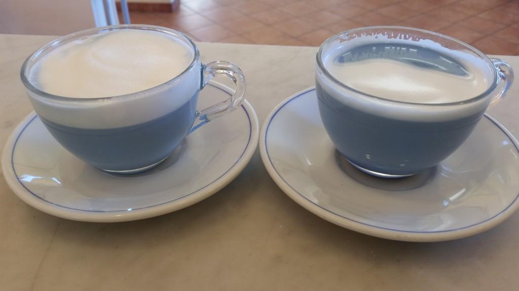 Il latte non girato e versato prima in una tazza e poi nell'altra, risulta essere molto liquido nella prima e molto cremoso nella seconda. Anche la qualità del lette è diversa, non è lucido bensì poco amalgamato.