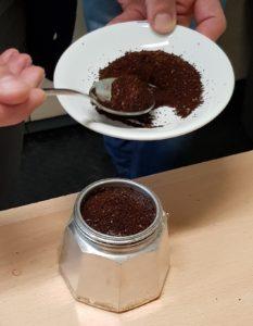 Riempimento del filtro della moka