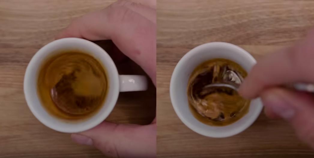 Mescolare l'espresso con il cucchiaino