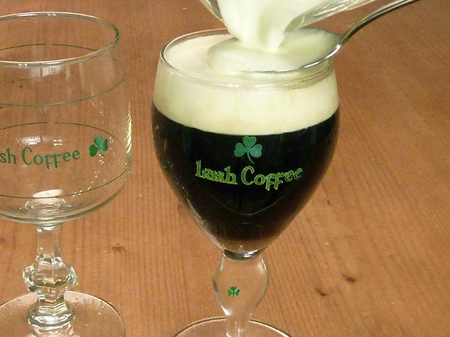 COME FARE L'IRISH COFFEE E IL MONDO DEI COCKTAIL AL CAFFÈ