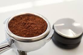 Distribuire e livellare il caffè nel filtro