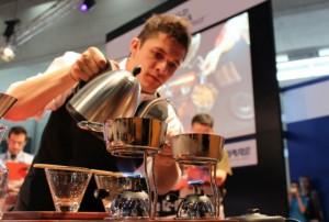 """Raul Rodas durante la preparazione della sua """"signature drink"""""""