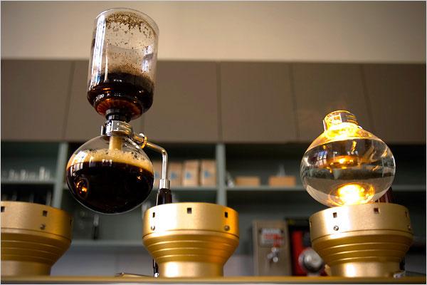 Il siphoon coffee in un ristorante americano.